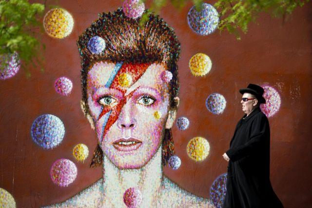 「アラディン・セイン」に扮したデイビッド・ボウイの有名な写真が、出身地ロンドン・ブリクストンで壁画に。