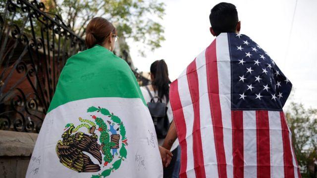 par sa meksičkom i američkom zastvom nakon napada u el pasu