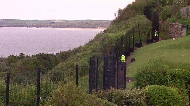 在康沃尔卡比斯湾(Carbis Bay)周围,为峰会保安架设了金属围栏。(photo:BBC)