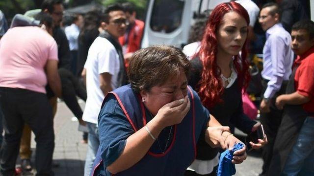 Una mujer llora después del sismo en Ciudad de México