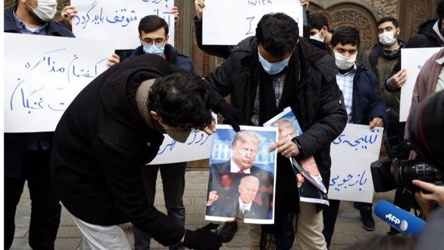 студенты в Тегеране жгут портеты Трампа и Байдена