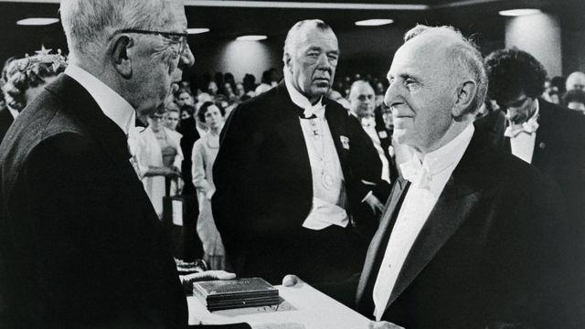 Simon Kuznets recibiendo el premio Nobel de Economía