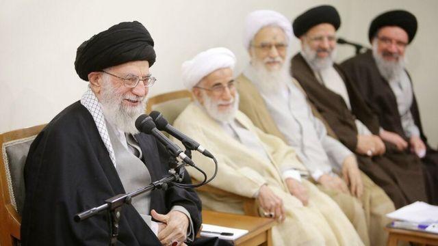 نمایندگان مجلس خبرگان پس از اجلاس دو روزه خود به دیدار آیت اله علی خامنه ای می رفتند