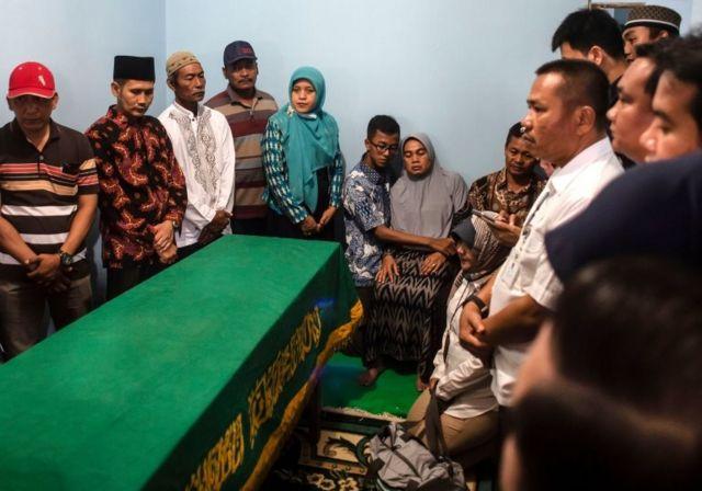 Çarşamba akşamı, kimlik tespiti yapılan 24 yaşındaki bir kadın yolcu olan Jannatun Cintya Dewi için cenaze töreni düzenlendi.
