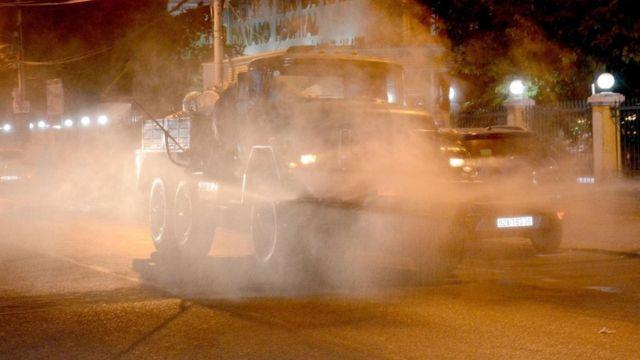 Xe chuyên dụng khử khuẩn hóa chất tiến hành phun khu vực trước cổng Bệnh viện Đà Nẵng.