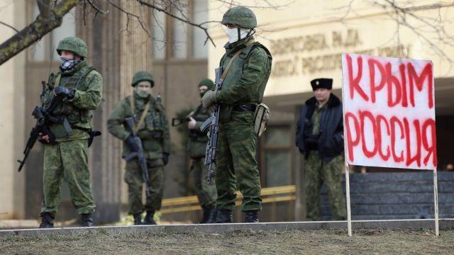 зеленые человечки у крымского парламента