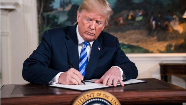 ترامپ درحال امضای حکم