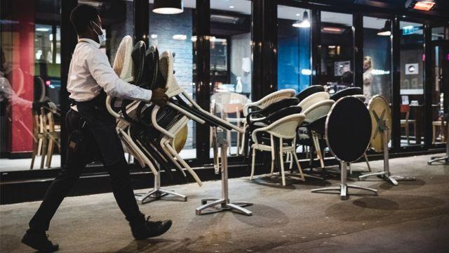 мужчина в париже со стульями