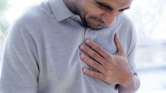رجل يضع يده على صدره