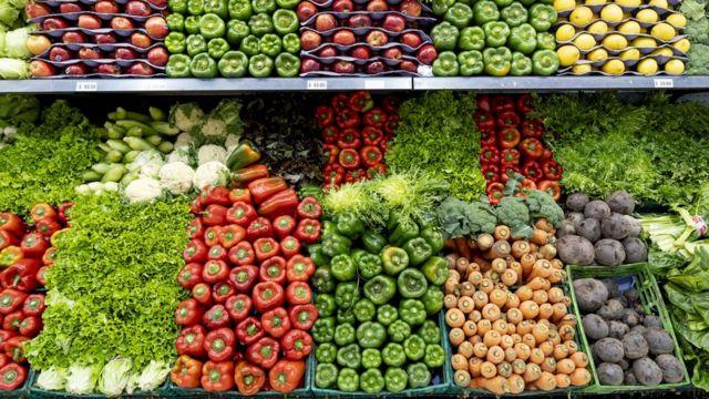 Prateleiras de mercados com vegetais e legumes