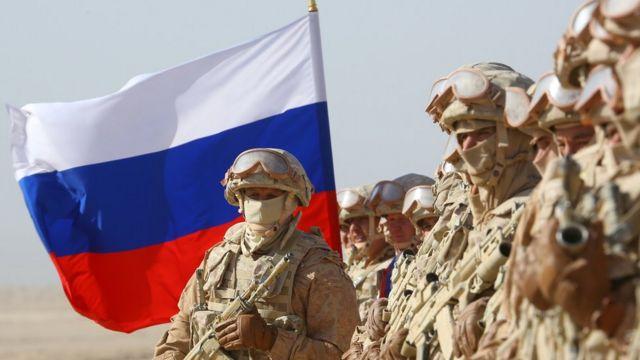 Militares russos participam de exercícios militares no campo de treinamento Harb-Maidon, perto da fronteira Tadjiquistão-Afeganistão, em 10 de agosto de 2021