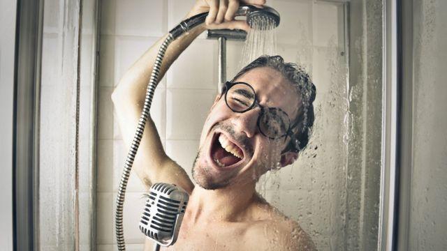 Hombre cantando en la ducha.