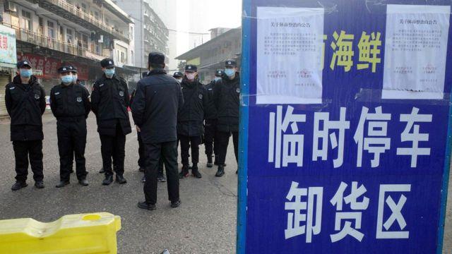 Guardas de seguridad en Wuhan