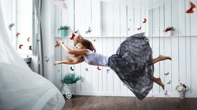 Mulher flutuando no ar