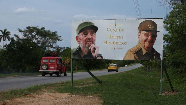 Outdoor com as fotos de Fidel e Raul