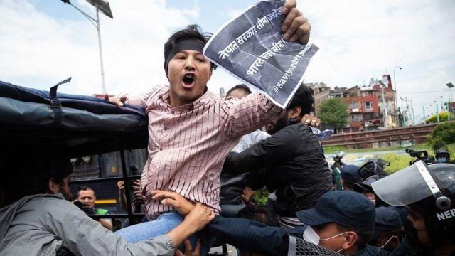 抗议者们手持标语,在加德满都的印度大使馆附近表达不满。