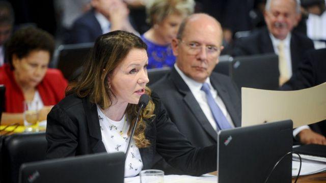 Em pronunciamento, senadora Vanessa Grazziotin (PCdoB-AM); à direita, senador Paulo Bauer (PSDB-SC).
