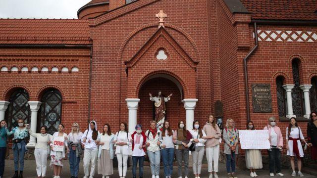 Протестующие возле костела Симеона и Елены