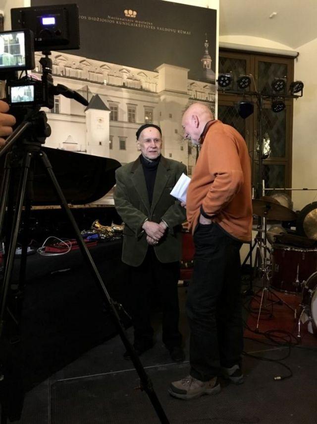 Лео Фейгин берет интервью у Владимира Чекасина для предстоящего фильма о трио
