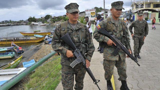 Soldados ecuatorianos patrullan en San Lorenzo