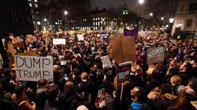 متظاهرون خارج مقر رئيسة الوزراء البريطانية
