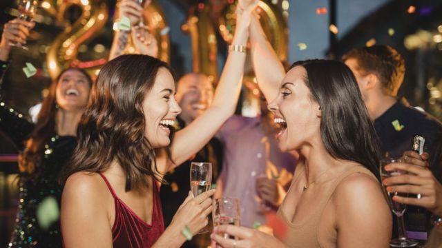 Grupo de amigos celebrando el Año Nuevo.