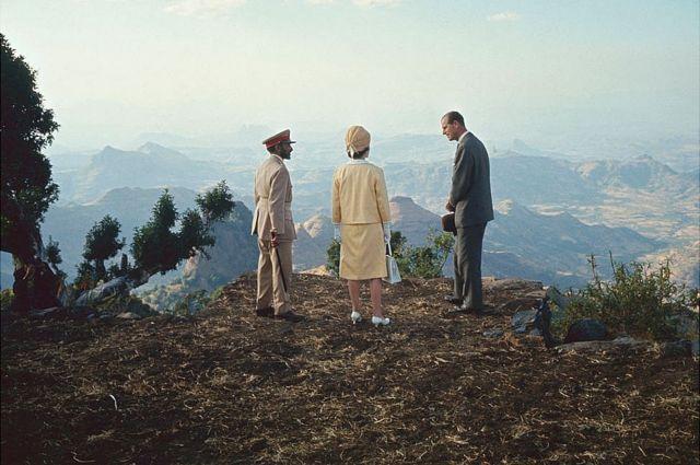 英國女王夫婦1965年訪問非洲埃塞俄比亞,在塞拉西皇帝的陪同下游覽