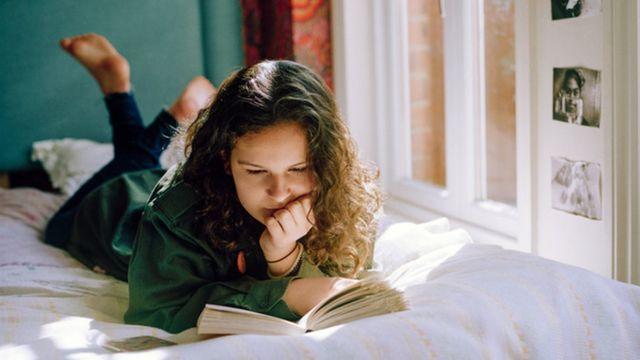 Jovem lendo livro