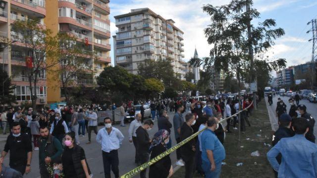 Depremden sonra insanlar evlerini terk etti.