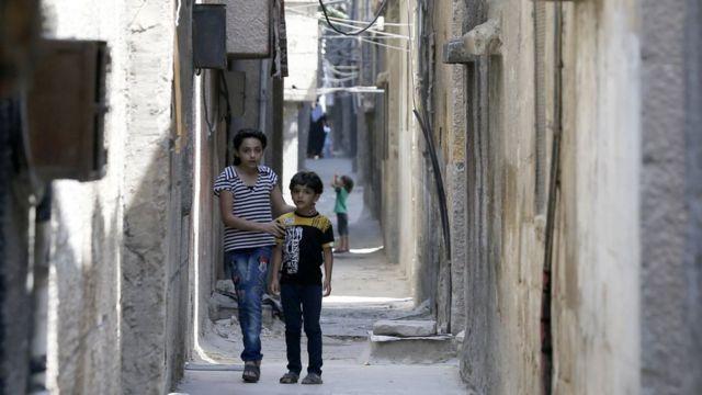 طفلان فلسطينيان في مخيم للاجئين