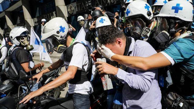 Los heridos fueron atendidos por los grupos voluntarios que prestan asistencia médica a los manifestantes.