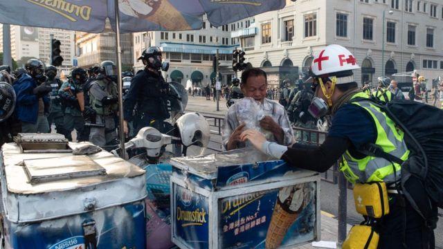 在尖沙咀卖饮料的档主也遭催泪弹影响。