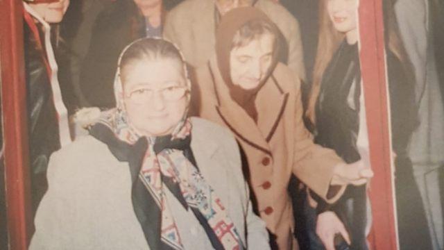 Sabiha Gürayman, 2001'de dayısının kızı Türkan Yurdayüksel'in kızının kafe açılışında
