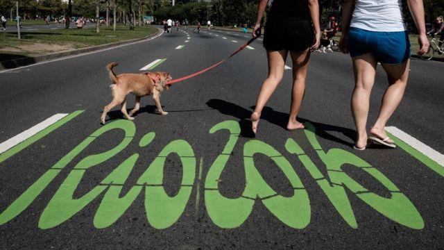 Dos mujeres pasean un perro por una calle con la pinta Río 2016