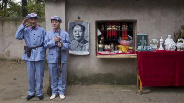 中国游客在延安穿红军服跟毛像合影