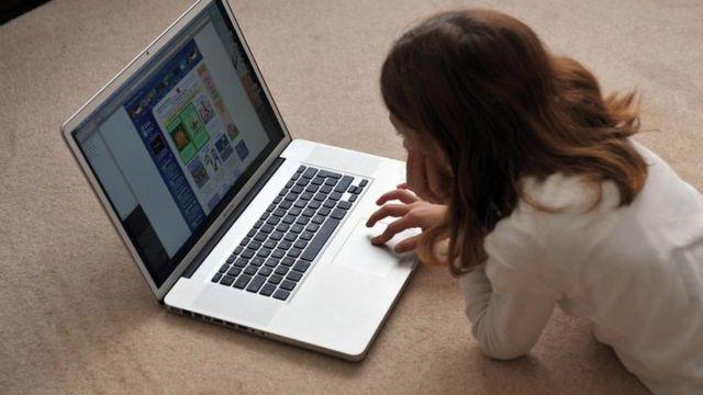Девојчица сурфује интернетом