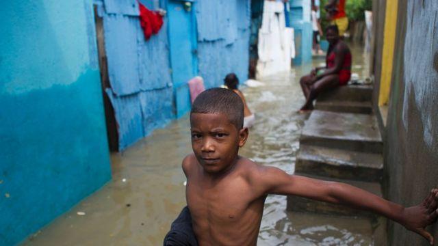 Niño en un barrio inundado de República Dominicana.