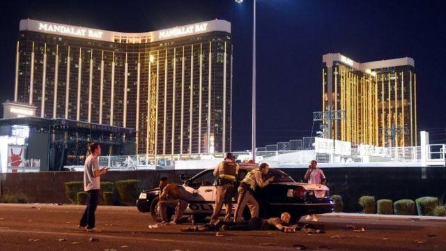 マンダレイ・ベイ・ホテル前の音楽祭会場前で警戒に当たる警察の装甲車