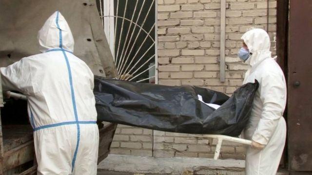 Медики несут тело погибшего больного в Барнауле