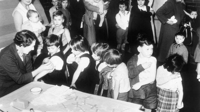 Campaña de vacunación contra la viruela entre niños de escuela primaria en Inglaterra en 1962.