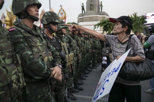 ผู้ประท้วงชี้หน้าทหาร ในการประท้วงต่อต้านรัฐประหาร 26 พ.ค. 2557