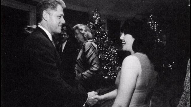 व्हाइट हाउस में क्रिसमस पार्टी के दौरान बिल क्लिंटन और मोनिका लेविंस्की