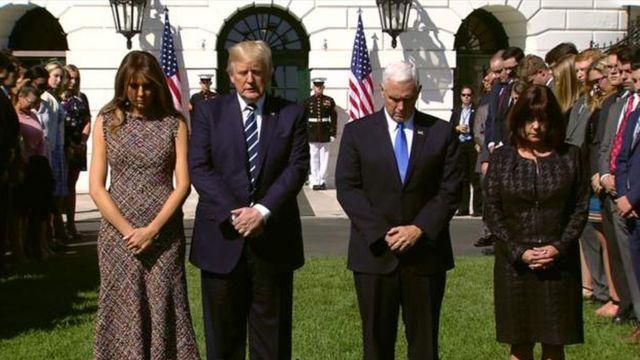 ホワイトハウス南庭で、ラスベガス乱射の被害者のために黙とうを捧げる、トランプ大統領夫妻とペンス大統領夫妻(2日)