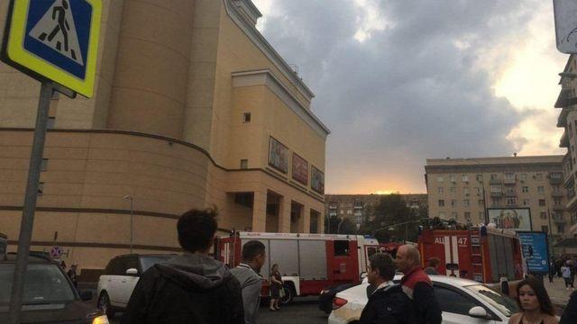 К зданию Курского вокзала в Москве 13 сентября приехали пожарные машины и скорая помощь