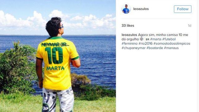 """Impresión de pantalla de una foto de Instagram donde un joven viste una camiseta con el 10 de Neymar tachado y el nombre de Marta escrito, con el texto: """"Ahora sí, mi camiseta número 10 me da orgullo""""."""
