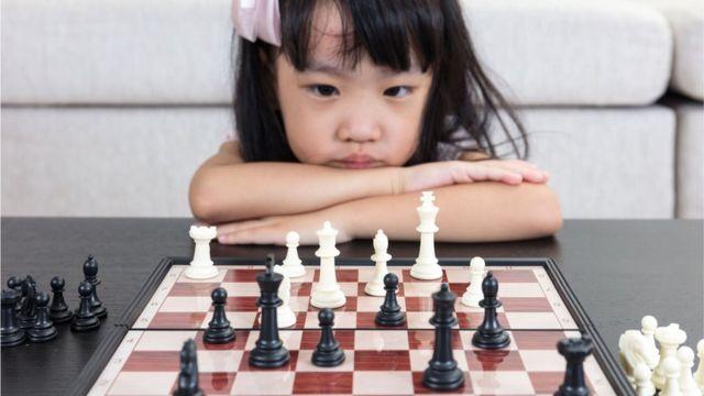 一名女童注视着棋盘