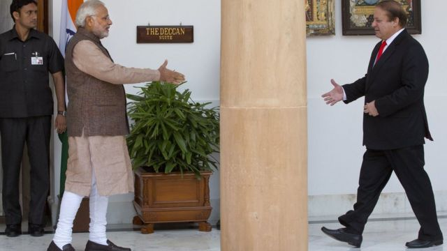 नई दिल्ली में मिलते भारतीय प्रधानमंत्री नरेंद्र मोदी और पाकिस्तान के प्रधानमंत्री नवाज़ शरीफ़.