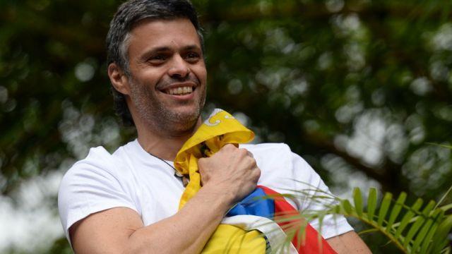 Leopoldo López con una bandera de Venezuela