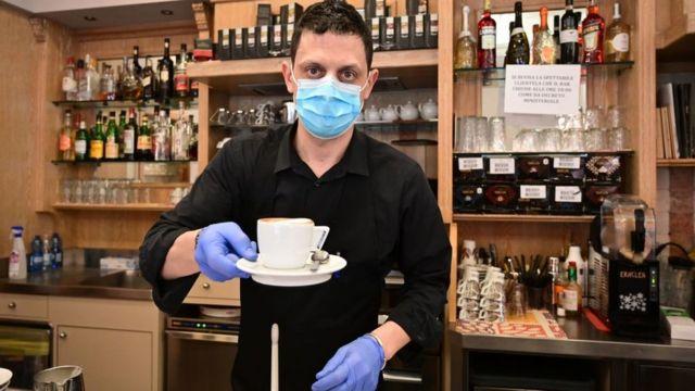 Barista en Italia con máscara