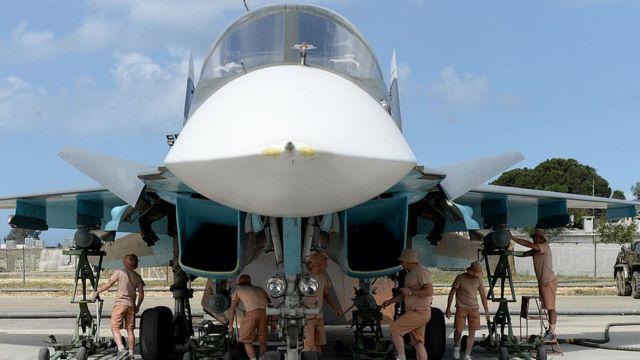 Инженеры готовят к вылету Су-34